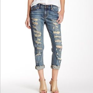 Boyfriend jeans distressed.